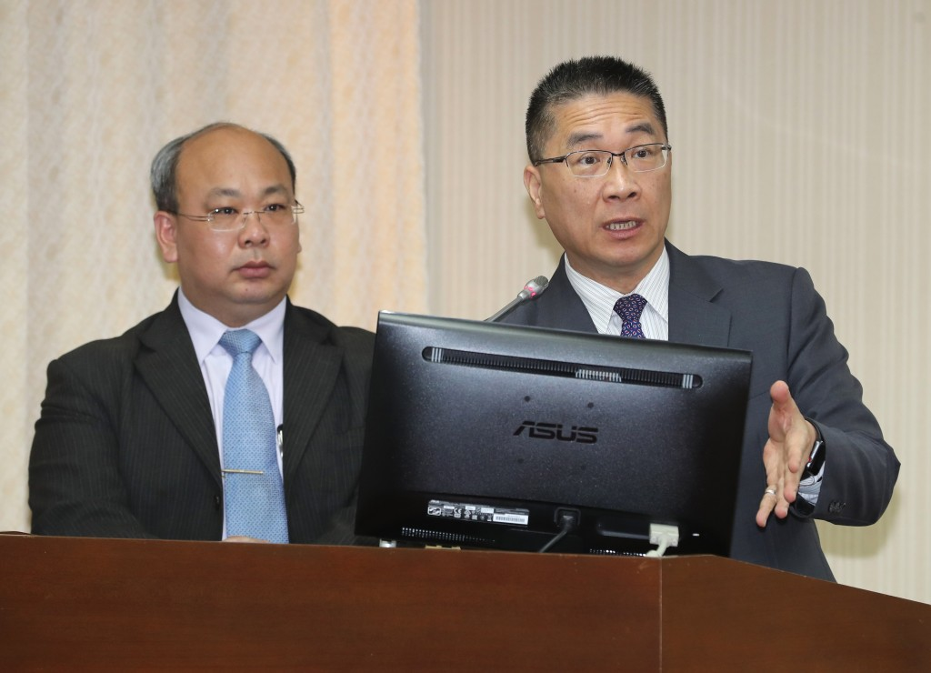 Minister of the Interior Hsu Kuo-yung (right)