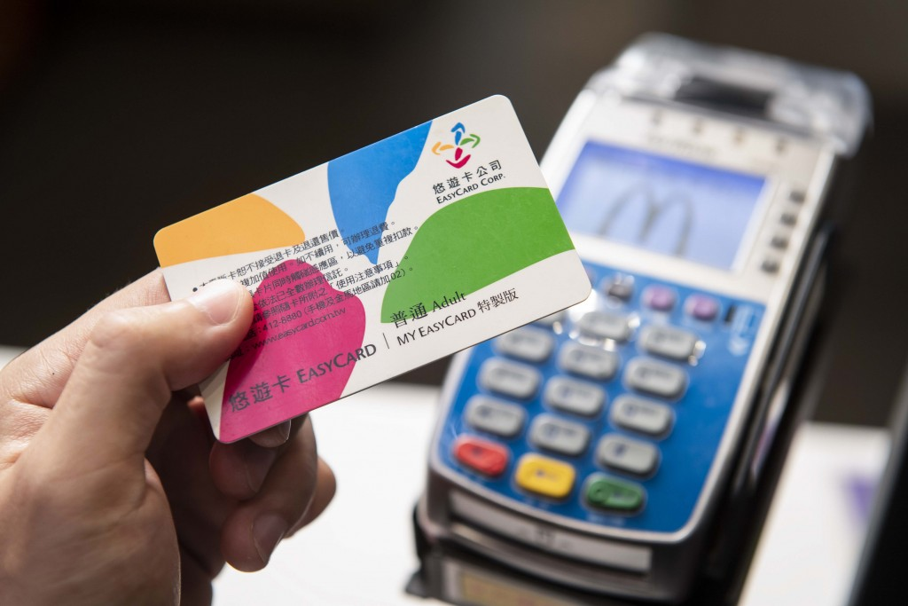 許多商家開通電子票證感應服務,民眾可輕鬆付款,省去現金交易與找零的不便,但幾年下來利用率仍不理想。