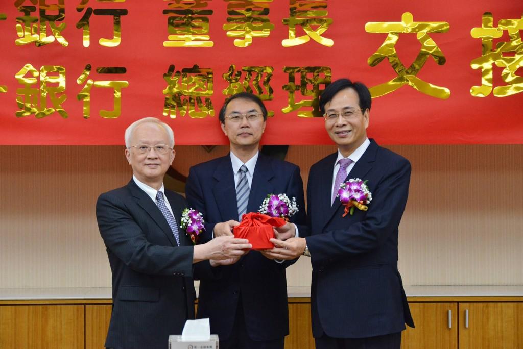 第一金控8日舉辦新舊任董事長交接典禮,左為卸任董事長董瑞斌,右為新任董事長廖燦昌。(第一金提供)