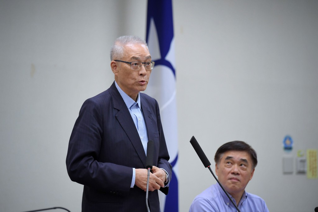 KMT Chairman Wu Den-yih (left) declares his lack of interest in a presidential bid as party Vice Chairman Hao Lung-bin looks on.