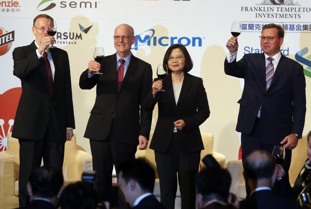 AIT Director Brent Christensen, US Deputy Assistant Secretary David Meale , President Tsai Ing-wen, and AmCham Chairman Leo Seewald at Hsieh Nien Fan