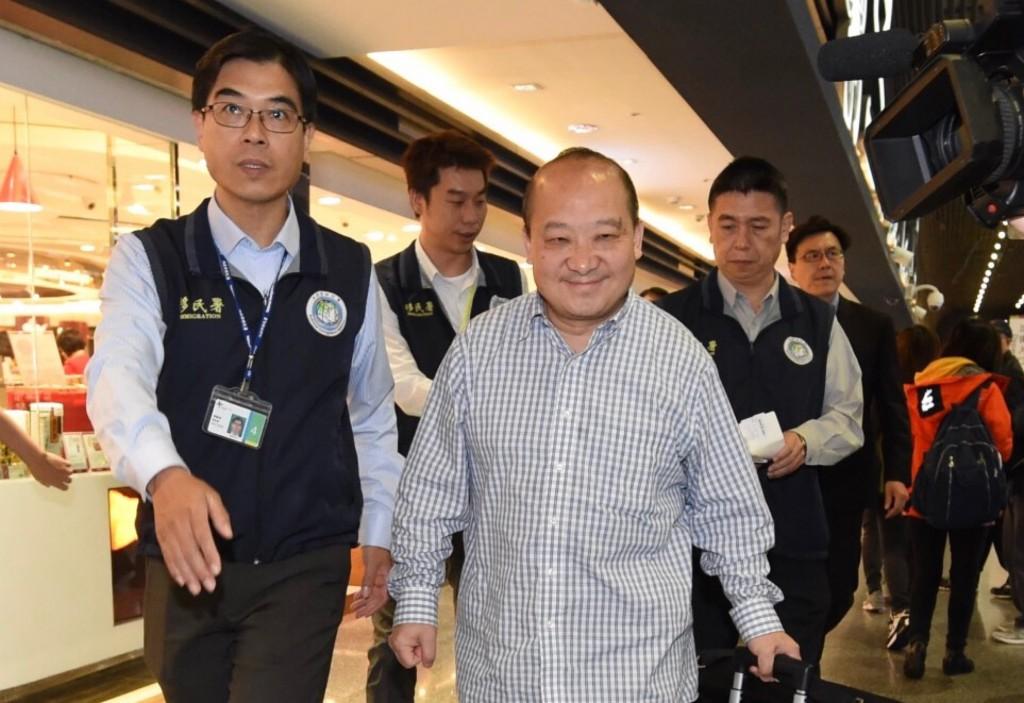 曾鼓吹武力統一台灣的中國學者李毅(前右)因從事與旅遊目的不同活動,12日清晨遭強制出境。