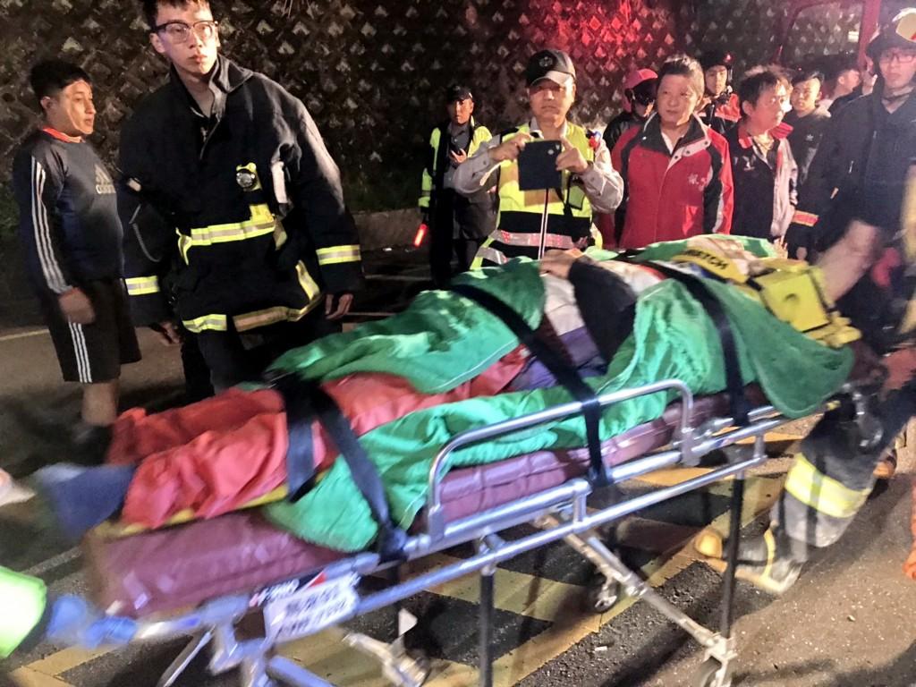 一名日籍人士12日深夜騎機車前往烏來途中 墜落山谷,警消獲報漏夜搶救,不過送醫後仍宣告不治。(照片來源:翻攝畫面/中央社提供)