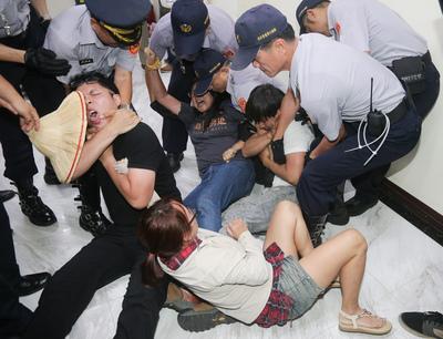 Student arrested at Legislative Yuan protest