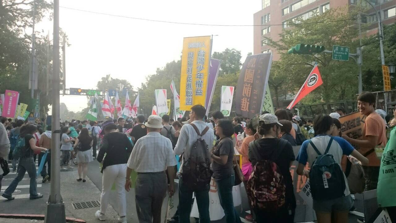 In the photo, activists gathered at Ketagalan Boulevard Saturday evening. (the photo was contributed by Susan)