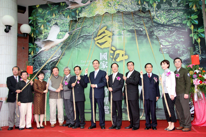 Executive Yuan Vice Premier Eric Liluan Chu, sixth from the right, Tainan City Mayor Hsu Tain-Tsair, third from the right and Tainan County Magistrate...