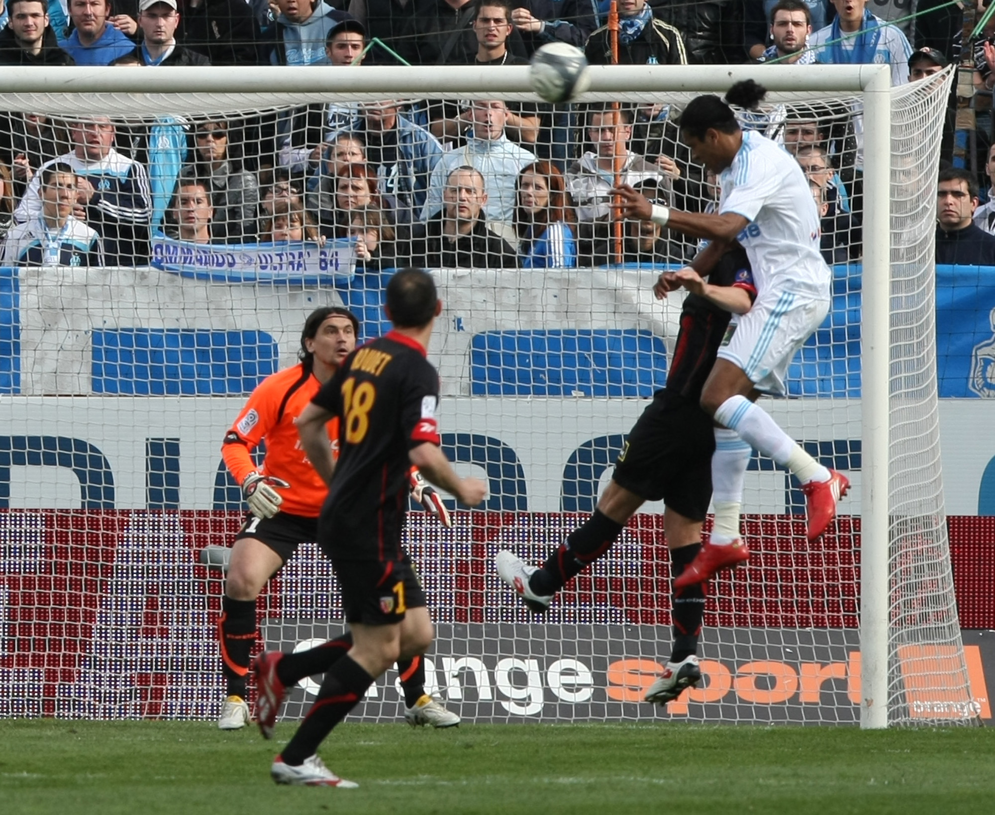 Marseille's Brazilian forward Evaeverson Lemos Brandao, right, heads the ball and scores a goal past Lens'goalkepper Vedran Runje, during their French...