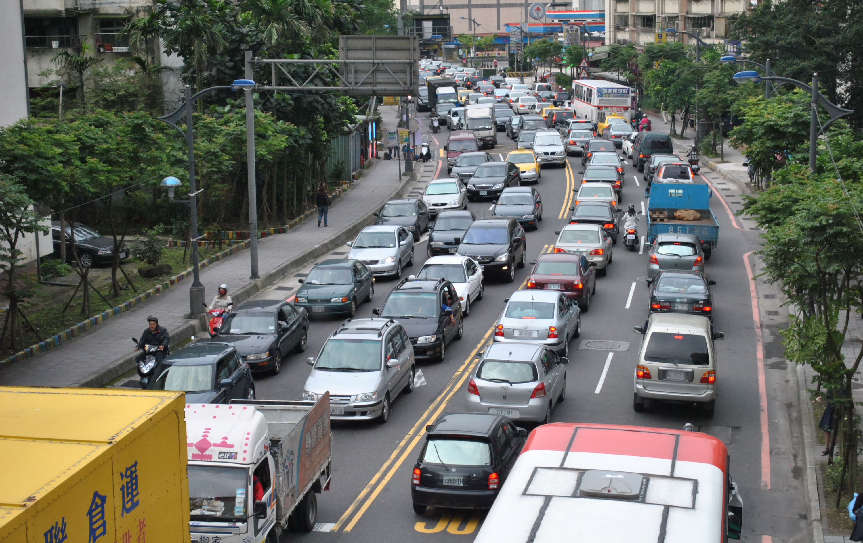 On the first working day after the landslide on the No.3 Freeway, traffic on roads near Keelung falls into chaos. Motorists traveling from Chinshan, W...