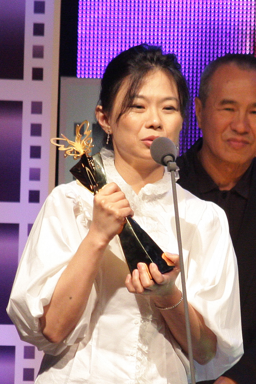 Filmmaker Chiang Hsiu-chiung, center, wins the Taipei Film Festival grand prize for 偰et the Wind Carry Me' on Saturday.