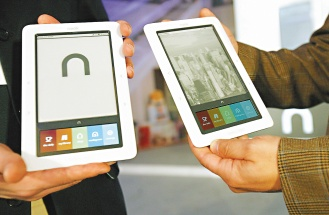 全美最大的實體連鎖書店「邦諾」20日推出電子書閱讀器「Nook」,加入電子書市場的爭奪戰。圖為「邦諾」在紐約記者會展示配備有彩色觸控式螢幕...