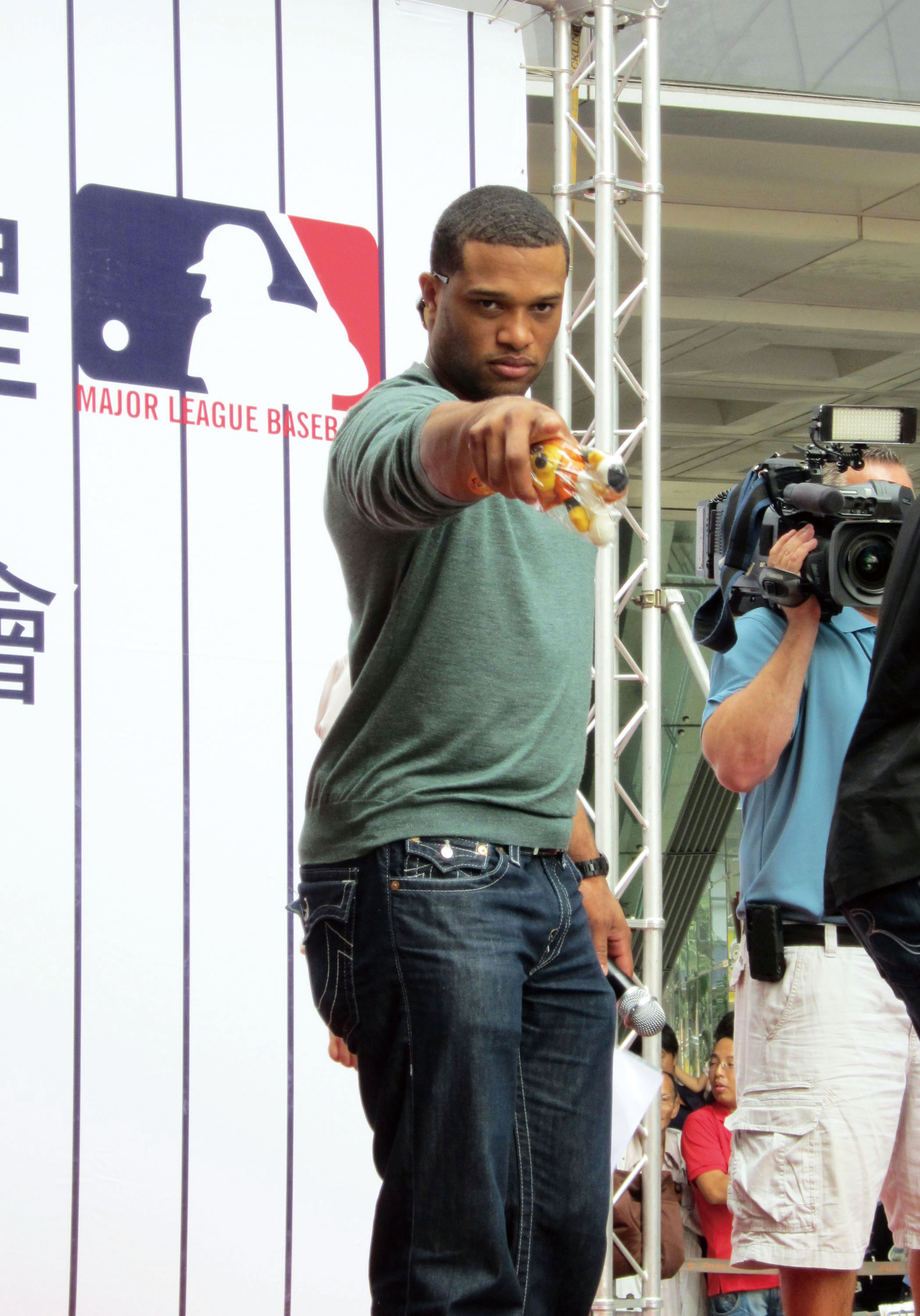 New York Yankees player Robinson Cano attends a fans party at the Dream Mall in Kaohsiung Sunday. (Central News Agency)