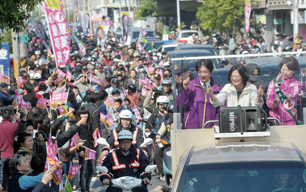 Photo shows the presidential candidate of the Democratic Progressive Party (DPP) Tsai Ing-wen, front second right, stumped in Tainan on Jan. 8.  (Cen...