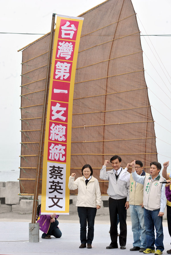 DPP presidential candidate Tsai Ing-wen (left), and vice presidential candidate Su Jia-chyuan (second left) set off  Saturday on a one-week campaign t...