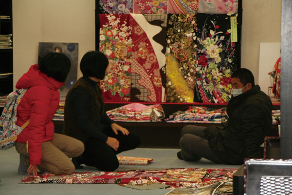 Parents of two Taiwanese female students, who were murdered in Tokyo Thursday, are purchasing the shrouds for their daughters at a kimono shop on Satu...