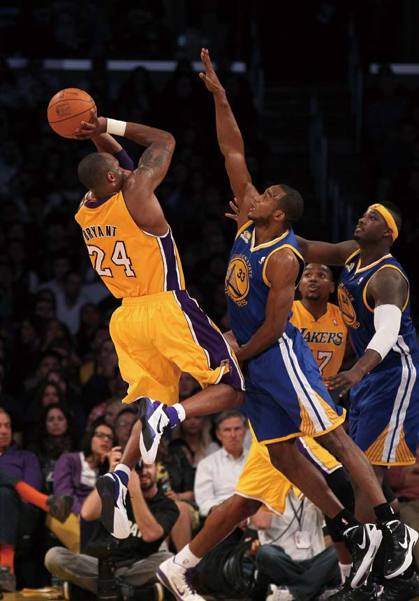 Kobe Bryant #24 of the Los Angeles Lakers shoots over Chris Wright #33 of the Golden State Warriors at Staples Center on January 6, 2012 in Los Angele...