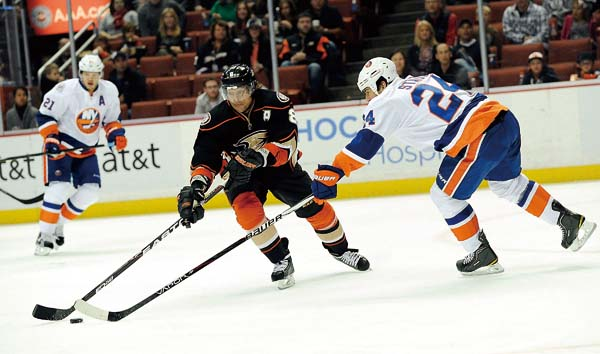The Anaheim Ducks' Teemu Selanne battles with the New York Islanders Steve Staios, right, in the first period at the Honda Center in Anaheim, Californ...