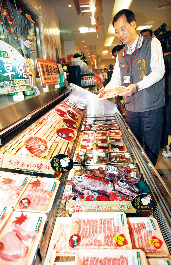 Kaohsiung health authority Friday visited a local supermarket for a thorough inspection on beef products. (Central News Agency)