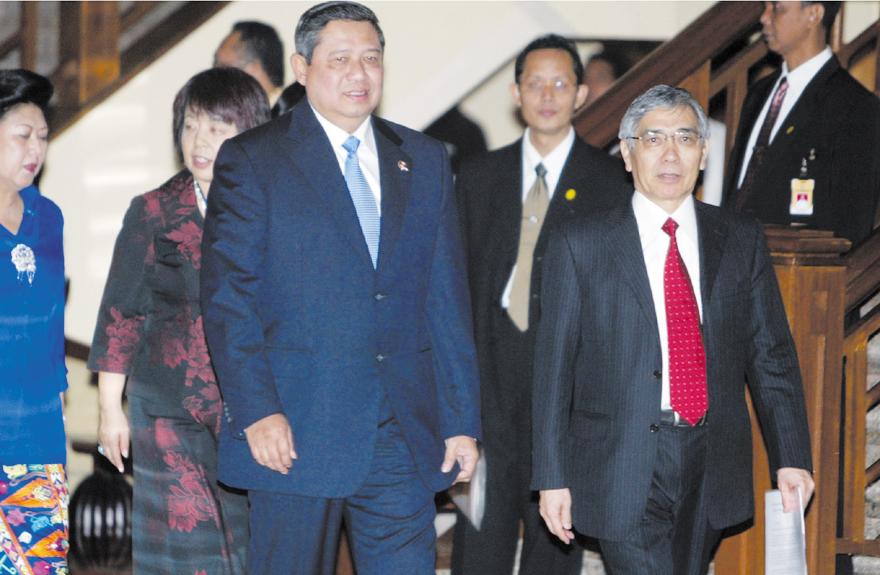 Indonesian President Susilo Bambang Yudhoyono, second right, walks with Asian Development Bank President Haruhiko Kuroda, right, for the opening of th...