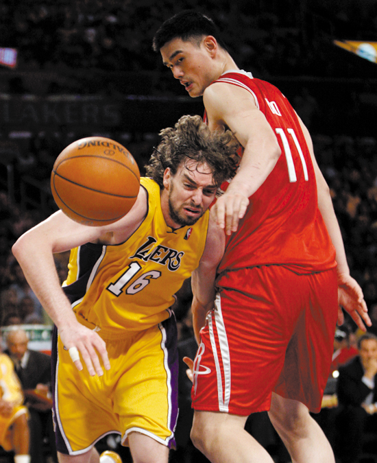 Los Angeles Lakers' Pau Gasol, left, goes after a loose ball while being defended by Houston Rockets' Yao Ming during the first half of Game 1 of a se...