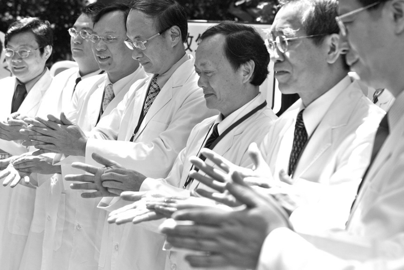 Health Minister Yeh Chin-chuan, second from right, and doctors give a hand-washing demonstration during a press conference held yesterday to urge hosp...