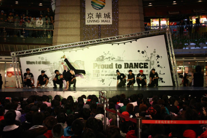 """""""榮耀三十,三十高校街舞祭""""的call out battle 與多名女子團體的性感熱舞加上B-Boy的特技舞蹈表演更是讓現場三千名學生熱情..."""