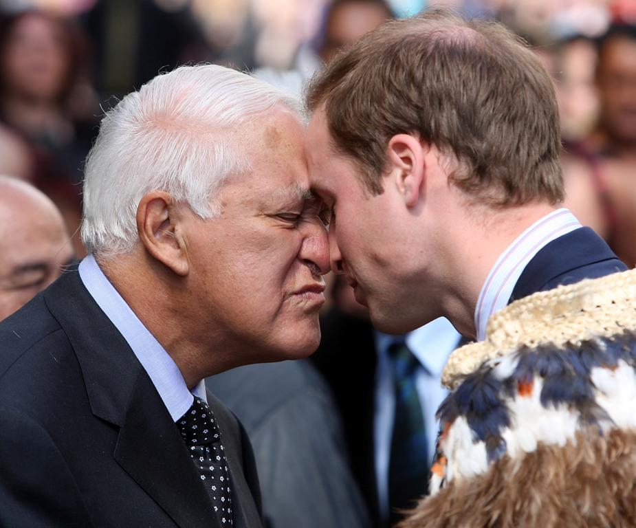 """威廉王子皇家行程:品毛利大餐、行""""碰鼻禮""""、抱奇異鳥、駕帆船"""