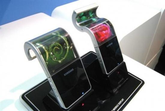 三星最早在CES 2011上展示了第一部4.5英寸的可彎曲的銀幕智慧型手机。