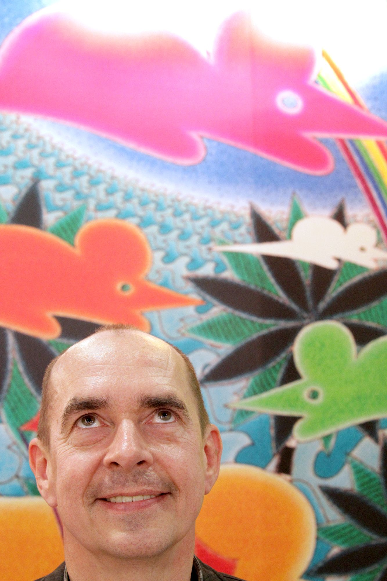 Artist Wolfgang Nocke looks up to a flying mouse painting from his new book 陟abelspiel' yesterday at the Taipei International Book Exhibition 2010.