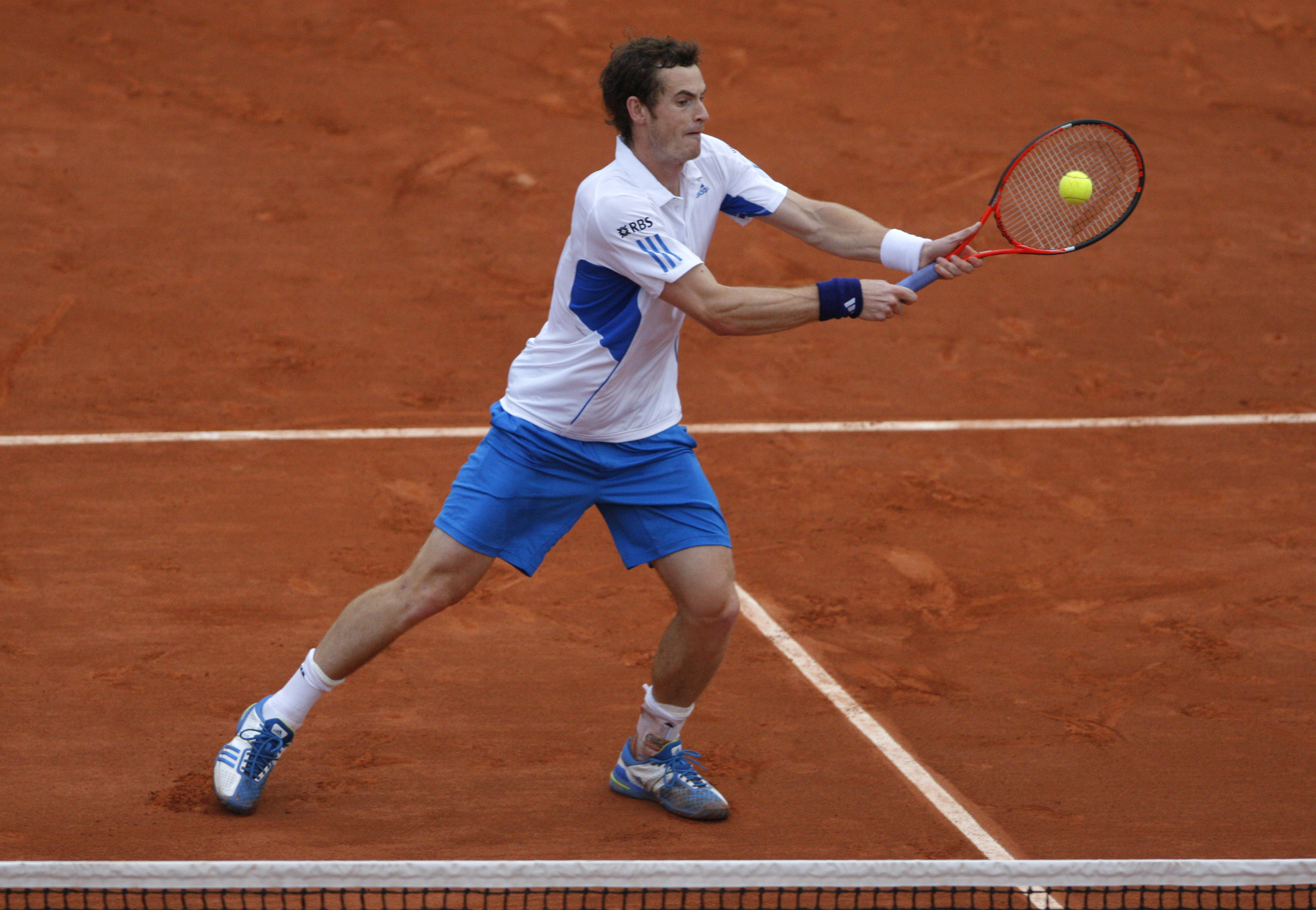 Britain?Andy Murray returns the ball to Argentina's Juan Ignacio Chela during their second round match for the French Open tennis tournament at the Ro...