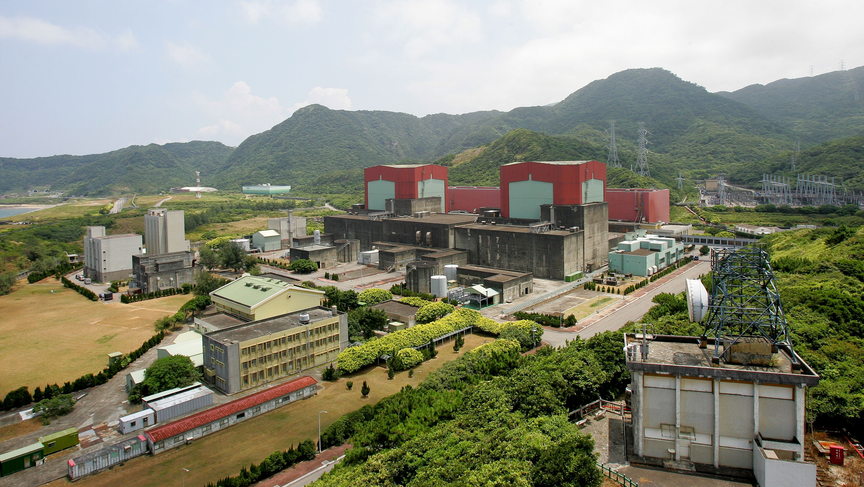 Taiwan Power Co.'s No. 2 nuclear power plant stands in Wanli, Taipei county, Taiwan yesterday. Taiwan Power Co. is considering adding as many as 10 re...