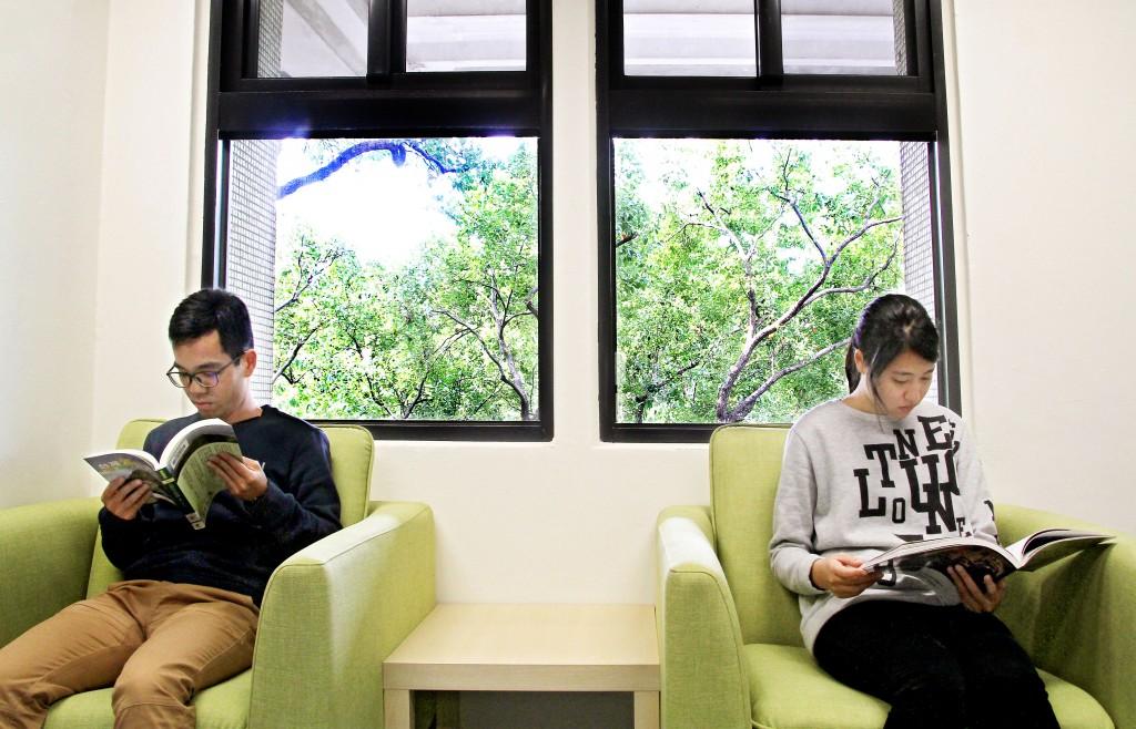 伴隨著精武圖書館窗外的綠意,閱讀台中豐厚的文化歷史。