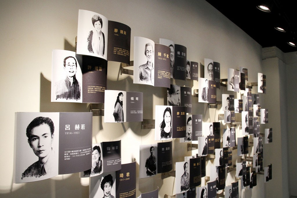 台中作家典藏館「作家群像牆」形成不規則的排列組合。