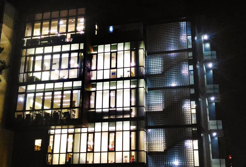 入夜後的圖書館外觀,就像一盞飄散書香的知識燈籠。(台中市立圖書館北區分館提供)