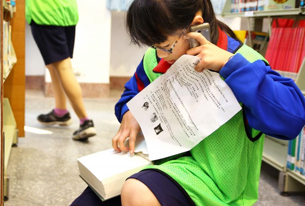新竹市虎林國中「閱讀五月天」結合行動載具,讓學生經由闖關進行評量。(教育部提供)