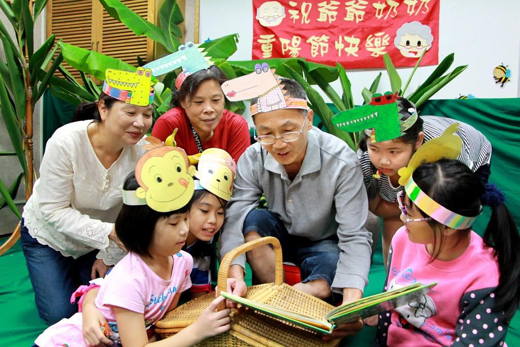 參加圖書館課後陪讀的學童,在重陽節化身為「淘氣猴」,陪伴長者閱讀。(教育部提供)