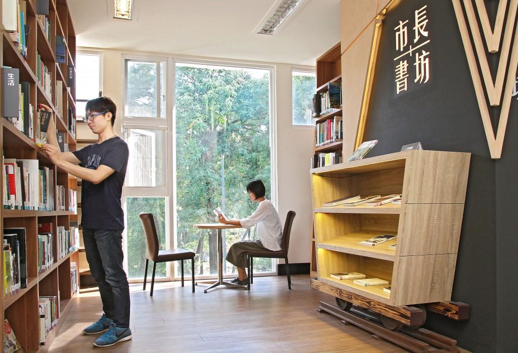 於台南市立圖書館總館市長書坊享受閱讀時光。