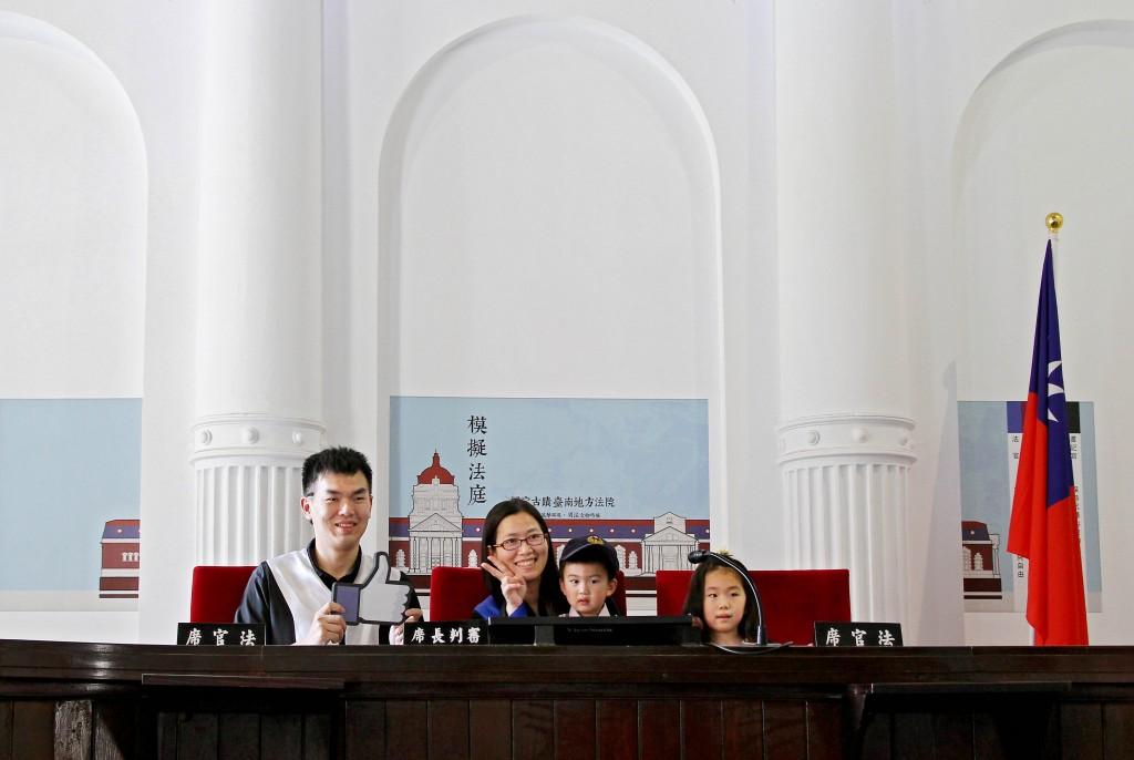 司法博物館提供法袍及警裝,供參訪者拍照體驗法庭進行法律聆訊的氛圍。