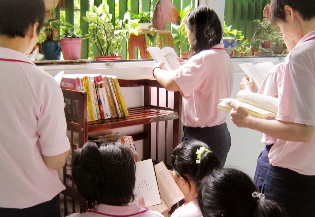 在高雄市立圖書館支持系統下,監獄收容人的閱讀自由度和豐富性都擴展很多。(高雄女子監獄提供)