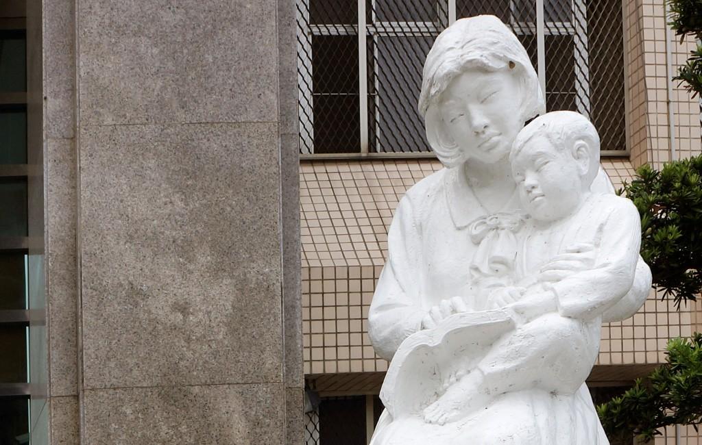 高雄女子監獄門口以親子共讀雕刻品作為意象,標榜閱讀的重要性。