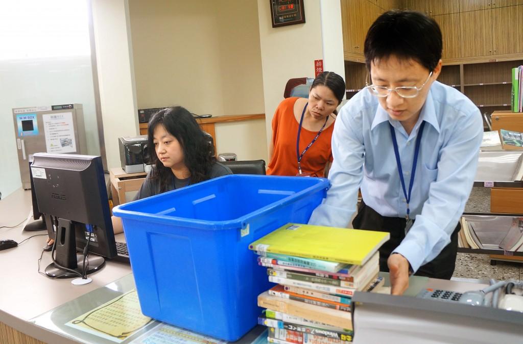 高雄市立圖書館大寮分館主任周黃俊達親力親為挑選送往監獄的書籍。