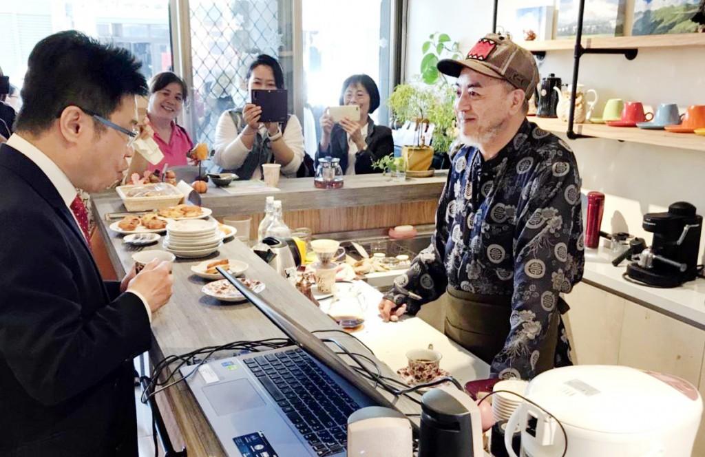 台中市社會局長呂建德(左)參加街友培力商店開幕。(台中社會局提供)