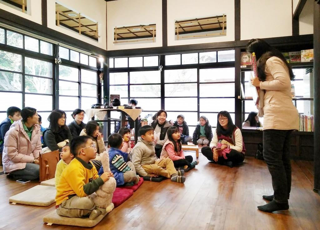 羅布森繪本日以《分享傘》為說故事主題。(羅布森冊惦提供)