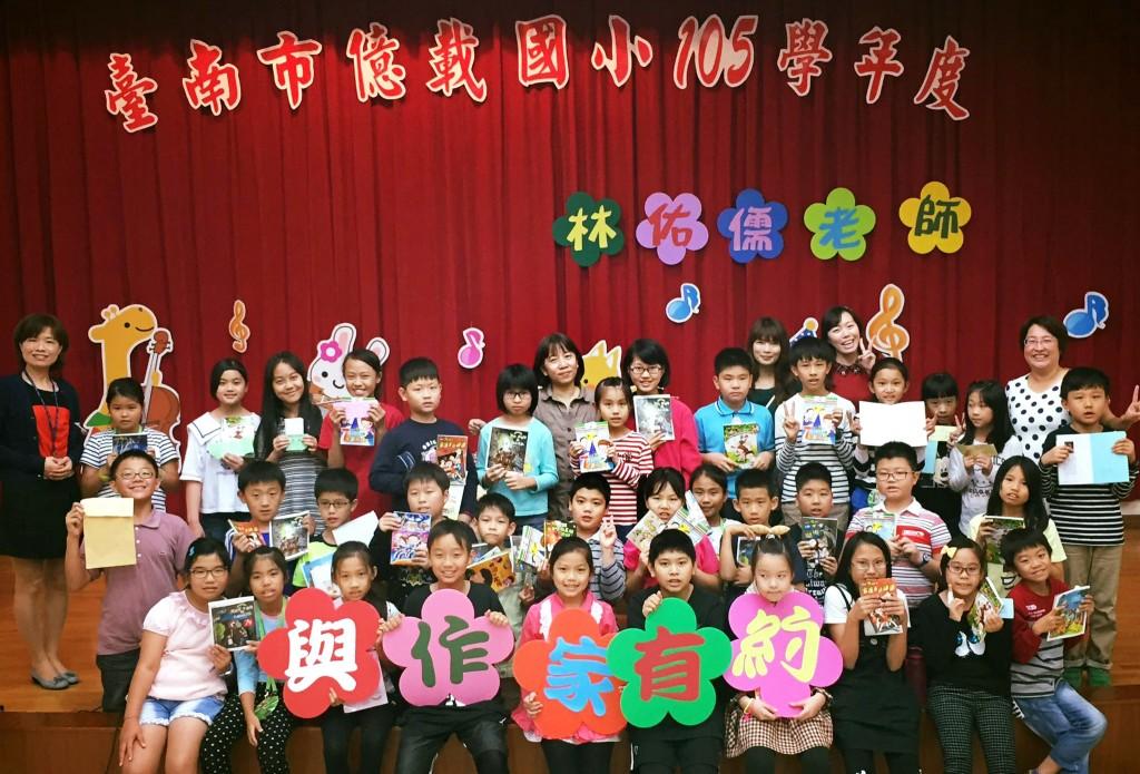 林佑儒到學校與小朋友分享閱讀樂趣。(林佑儒提供)