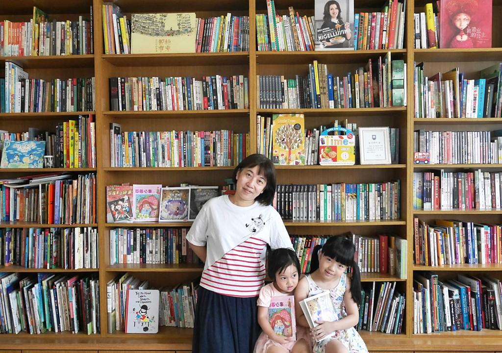 林佑儒家中有一大面書牆,裡頭有大人的書,也有專屬於孩子的書。(林佑儒提供)