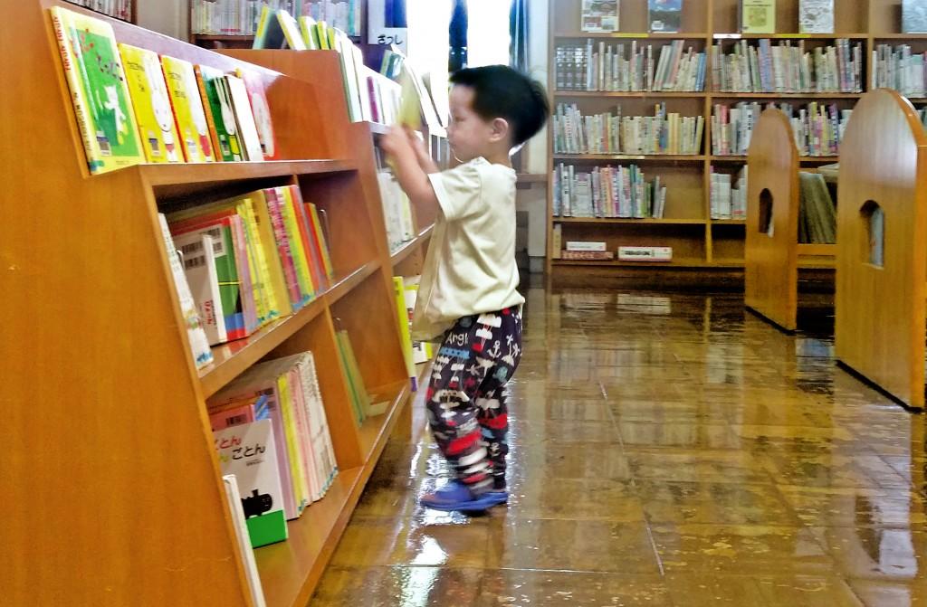 方便幼兒取書的繪本書櫃。