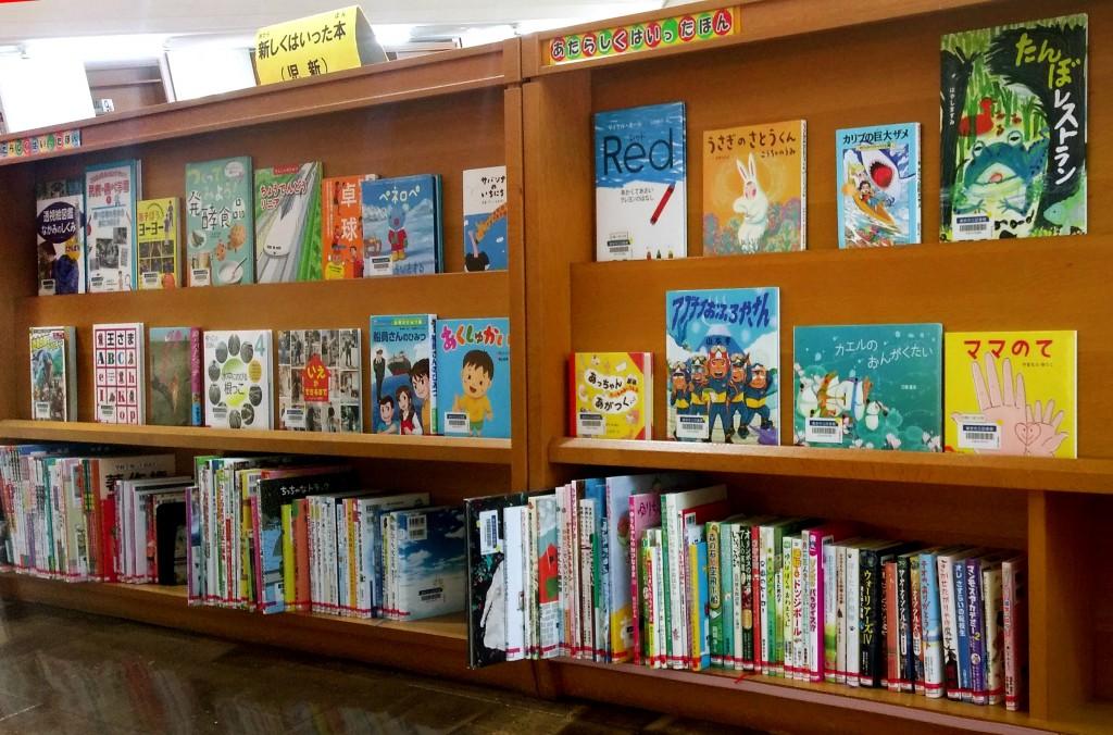 大量封面呈列的展示書籍。