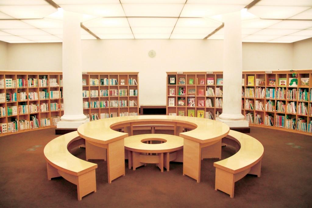 「兒童屋」依日本十進分類法分類,順著圓弧方向走,就能找到所需書籍。
