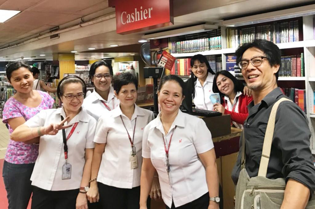 林群與協助尋找300本書籍的菲律賓連鎖書店店員合影。(林群提供)