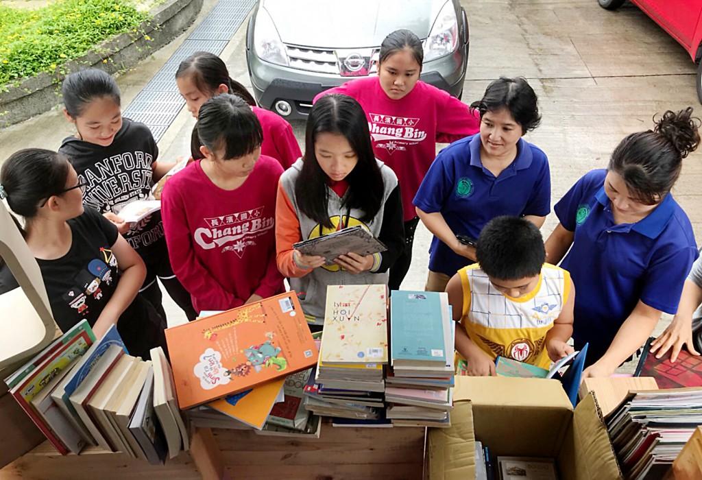 台東長濱新住民媽媽與孩子閱讀母語書籍。(林群提供)