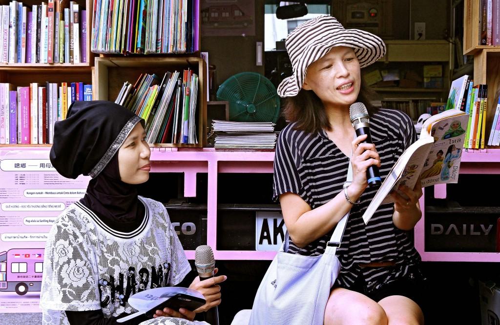 東南亞行動書車巡迴活動,吸引台灣人參與朗讀。